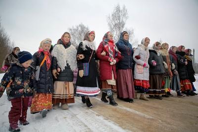Девушка в красном платье села вагиной на лицо мужику
