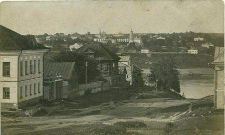 Вид на романовскую сторону с церковью Воскресения